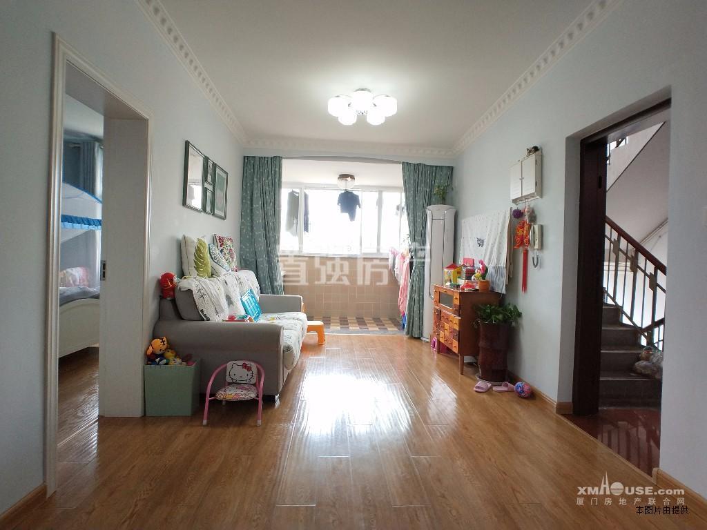 吕岭花园 南北大三房 厅带阳台 售价318万 送100平天台