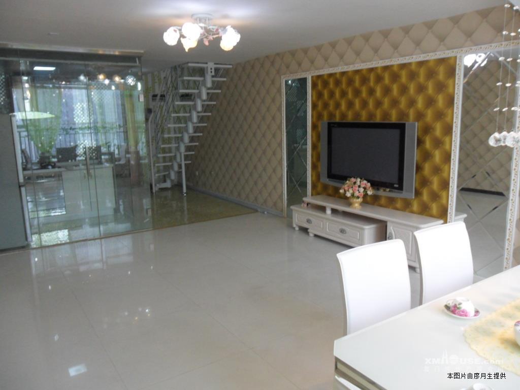 房子装修是欧式风格,超豪华新装修,充满浪漫情调,看了房子会眼前一
