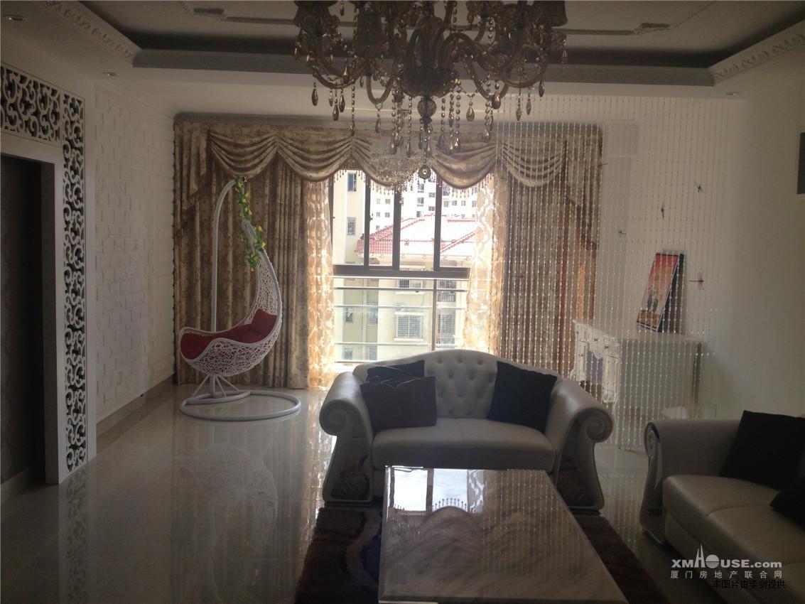 房子采用简欧式装修风格,大气时尚.
