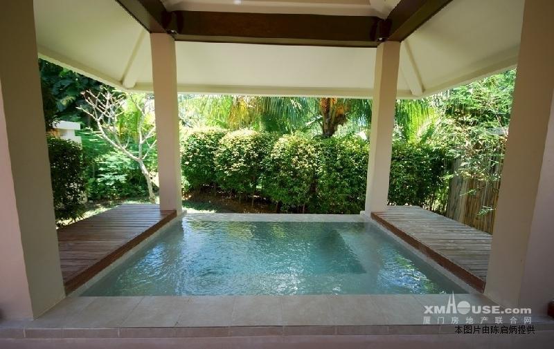 保姆房屋顶上是阳光屋(洗衣房),100多平方米大花园,喷水池; 二楼:三房