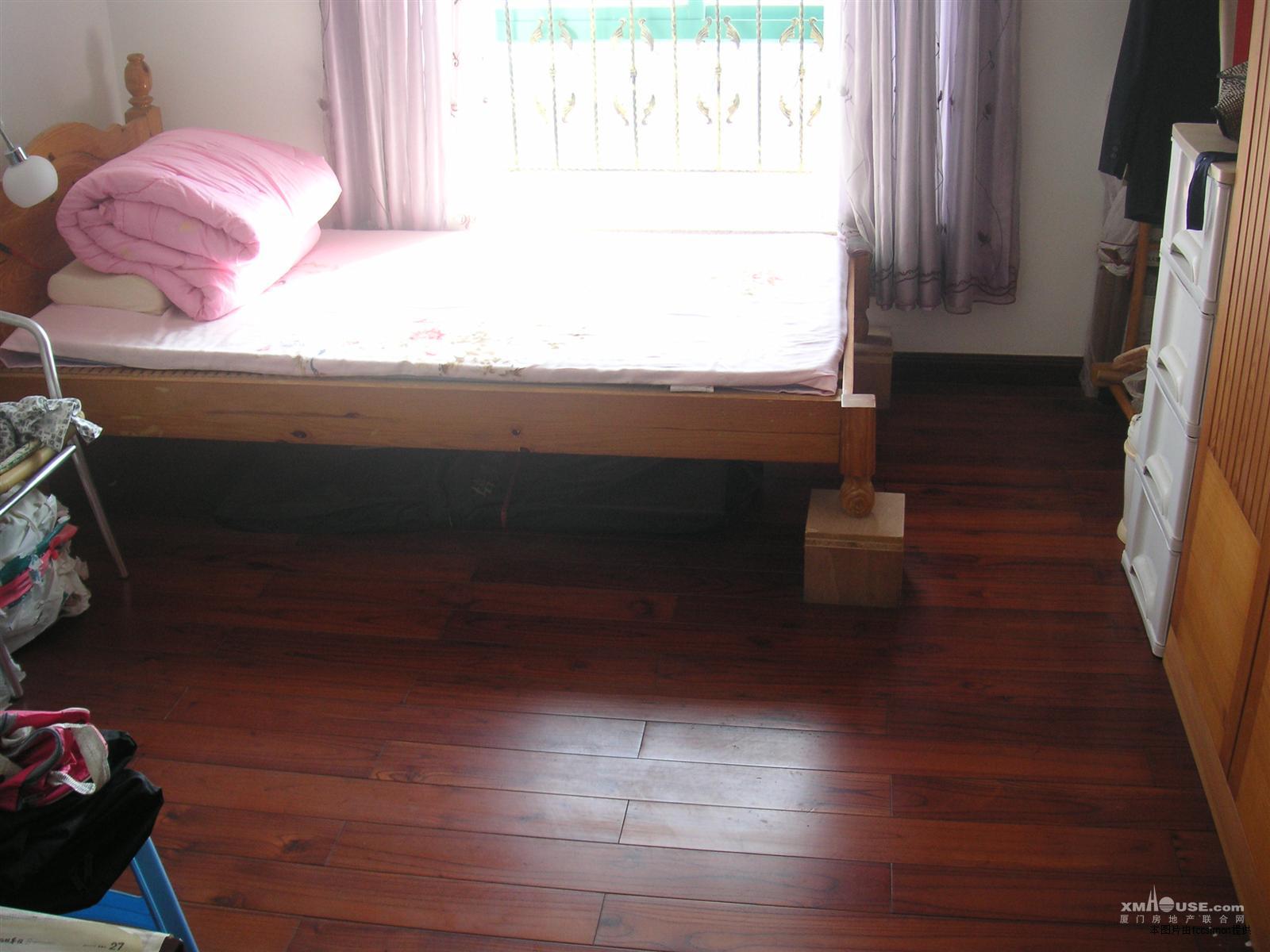 主卧阳光灿烂实木家具和地板