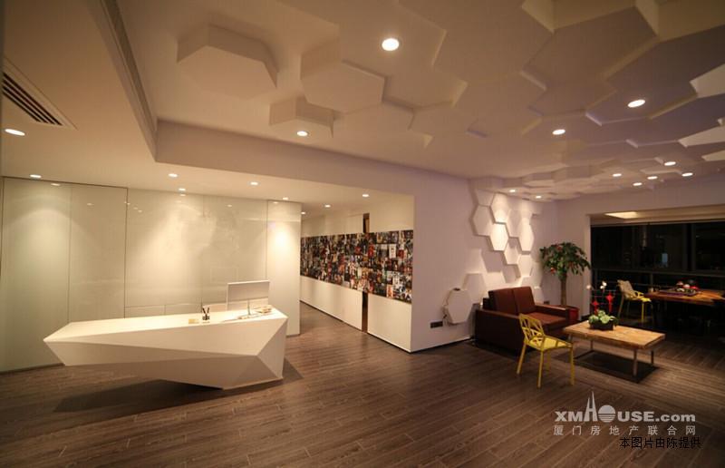 一间茶水间,个性前台背景及吊顶设计,配有俩部中央空调,.