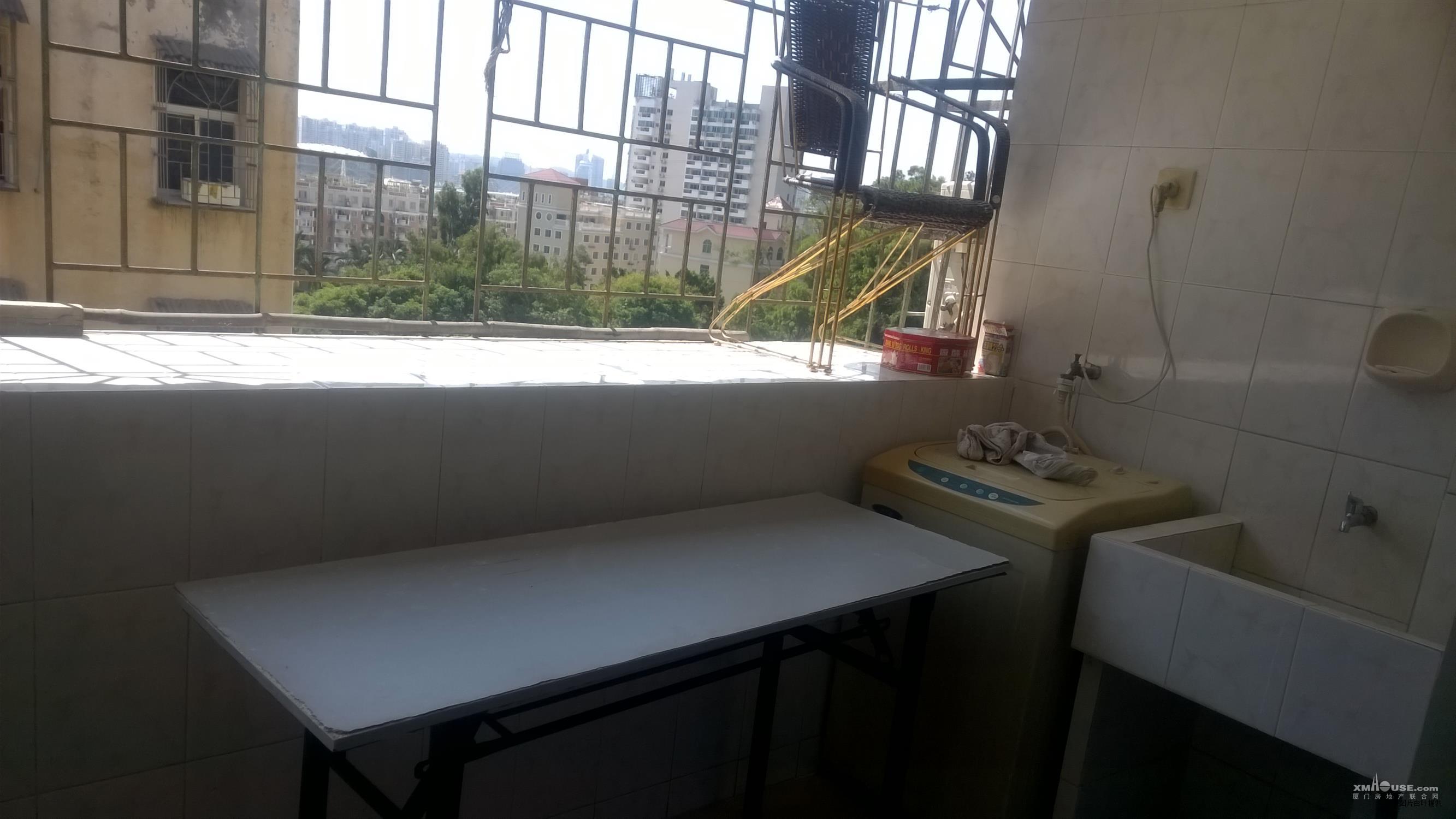 阳台,洗衣机和水池,宽敞明亮
